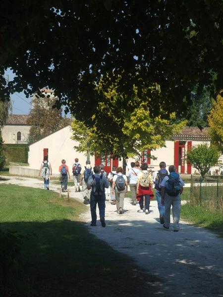 Chemin Pédestre - Groupe derrière église